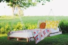 วางเก๋ ๆ ในสวน DIYเตียงชิงช้าจากไม้พาเลทต้อนรับหน้าร้อน