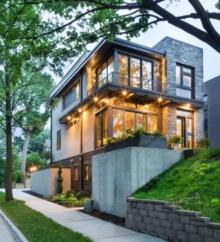 บ้านโมเดิร์นสองชั้น โปร่งโล่งด้วยผนังกระจก ตกแต่งโครงสร้างเหล็กผสมงานหิน