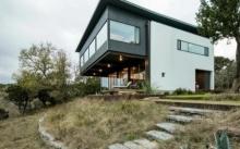บ้านสองชั้นทูโทน ดีไซน์โมเดิร์น โดดเด่นบนเนินเขา รายล้อมด้วยธรรมชาติ