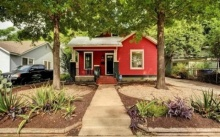 บ้านหลังเล็ก สไตล์บังกะโล โดดเด่นด้วยโทนสีแดง 1 ห้องนอนใหญ่