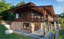บ้านครึ่งปูนครึ่งไม้สไตล์รีสอร์ท ตกแต่งเรียบง่ายกลิ่นอายธรรมชาติ