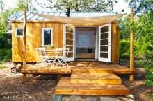 บ้านไม้ติดล้อ ขนาดกะทัดรัด เรียบง่ายแต่มีอะไร
