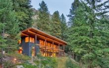 บ้านตากอากาศสองชั้น  ตกแต่งภายในด้วยงานไม้แบบมินิมอล