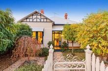 แบบบ้านน่ารัก แต่งภายในสวยกับสวนหลังบ้านแสนร่มรื่น!