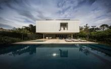 บ้านตากอากาศแบบวิลล่า ดีไซน์โมเดิร์น มาพร้อมสระว่ายน้ำขนาดใหญ่