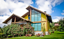 บ้านสวนดีไซน์สวย โปร่งโล่งด้วยผนังกระจก มาพร้อมเฉลียงและซุ้มไม้แสนสดใส